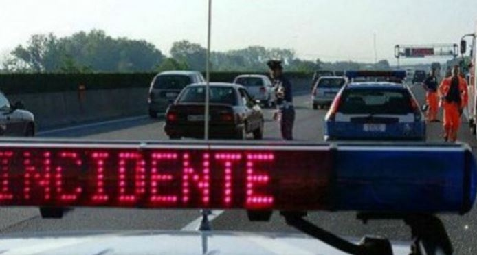 Incidente sull'A10 Genova-Savona: camion ribaltato in autostrada, code e disagi