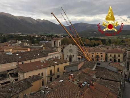 Terremoto Centro Italia aggiornamenti: coperte le rovine della Basilica di Norcia