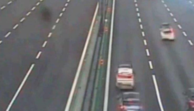 Traffico A4: calcinacci cadono da un cavalcavia, chiusa l'autostrada